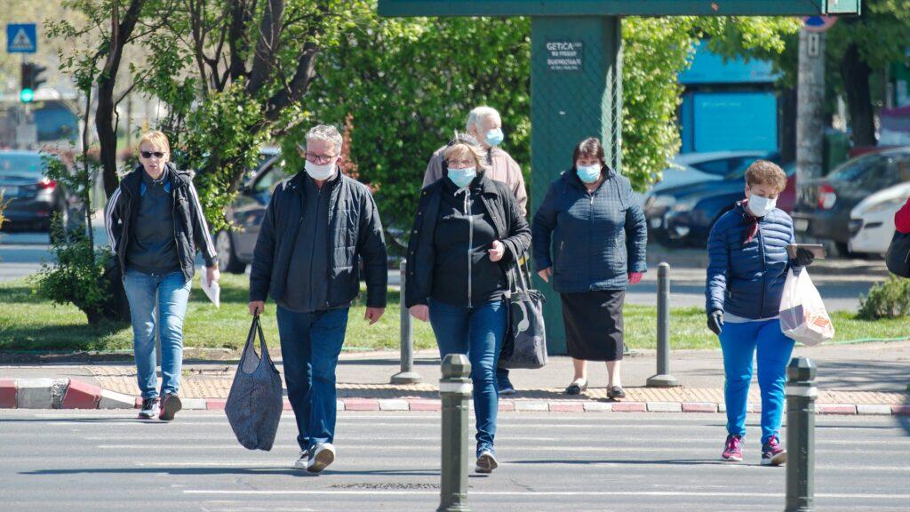 Masques jetés dans la rue: quel impact sur l'environnement ?